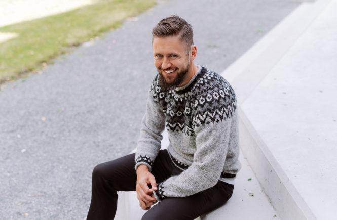 grå riddari genser